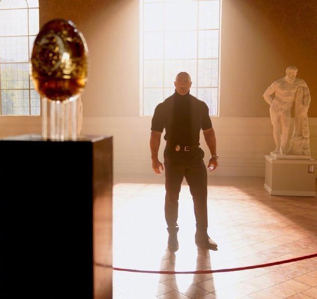 巨石强森晒新片剧照 加朵女神变女贼要来偷金蛋