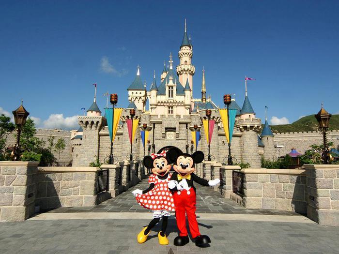 香港迪士尼乐园与米老鼠IP(图片来自网络)