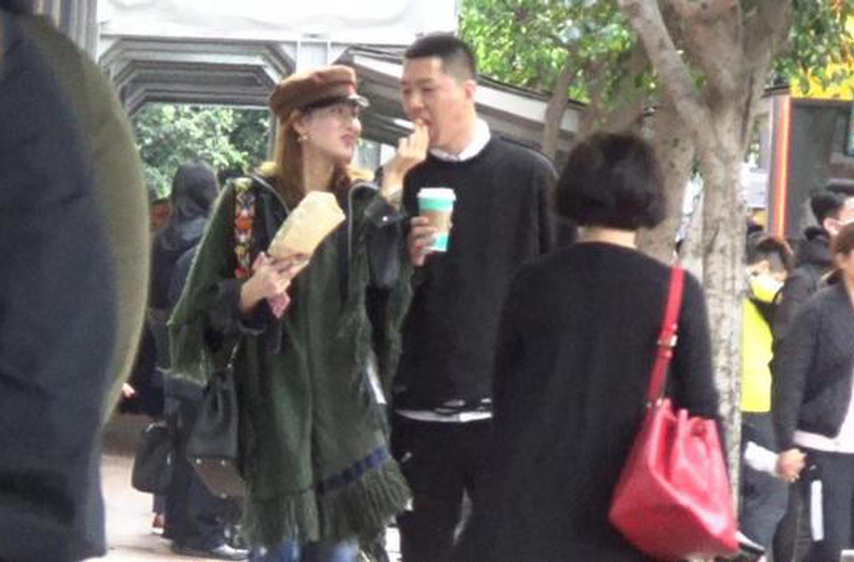 今日有香港媒体刚刚曝出两人逛街甜蜜照。