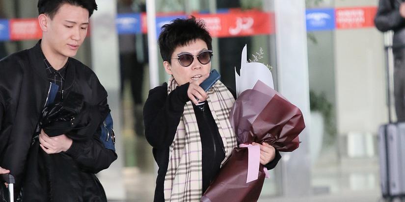 45岁邓亚萍黑装超有型 手捧鲜花霸气指路