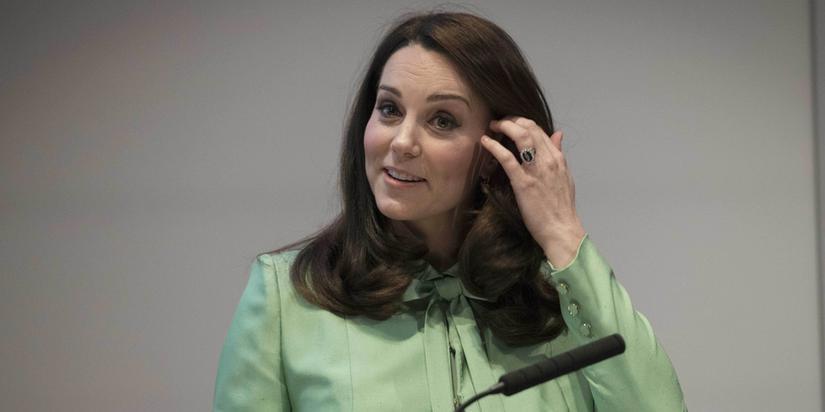 凯特王妃挺孕肚出席活动 笑容甜气质优雅