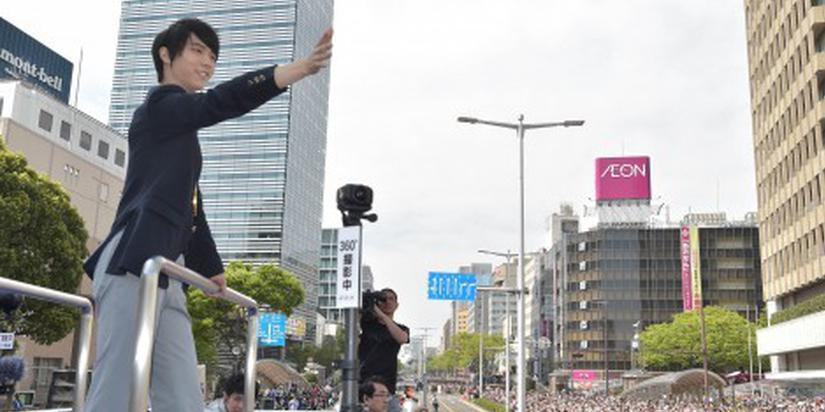 羽生结弦回故乡仙台 十万八千人集结欢呼