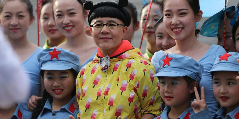 52岁金龟子刘纯燕献爱心与孩童共庆六一