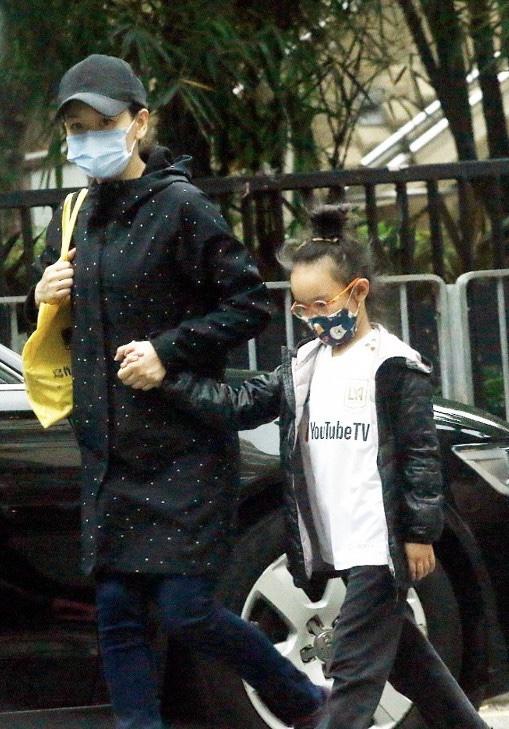 杨思琦带大女儿外出