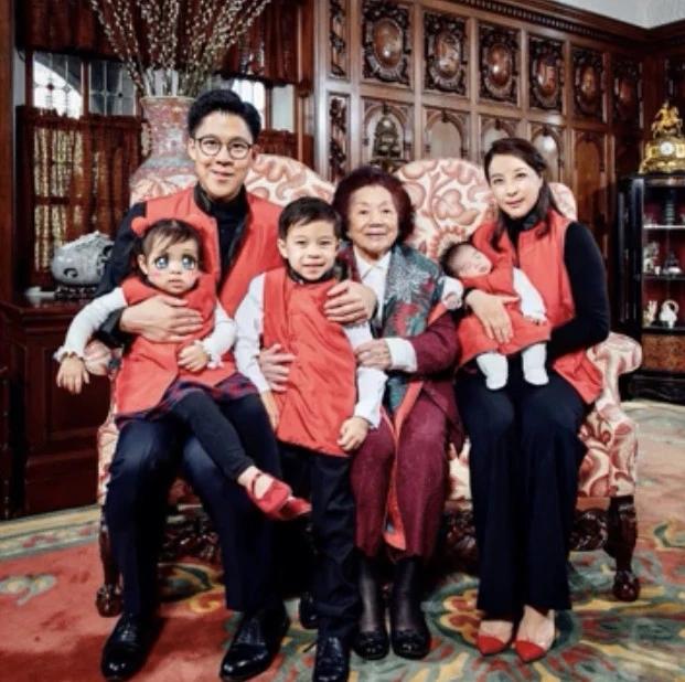 霍启刚全家与祖母合照