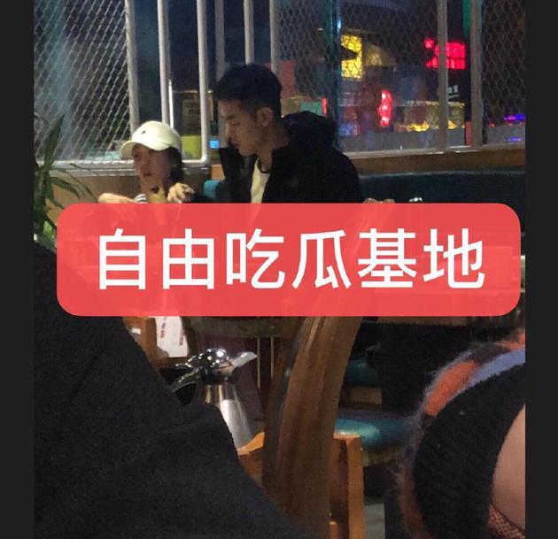 網友曬照偶遇紀凌塵橫店與女生吃飯
