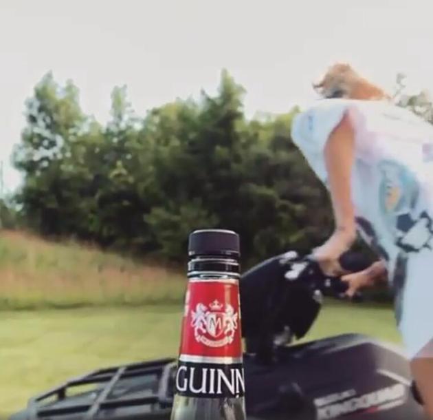 海莉接受比伯的瓶盖挑战任务 骑着摩托帅气侧踢