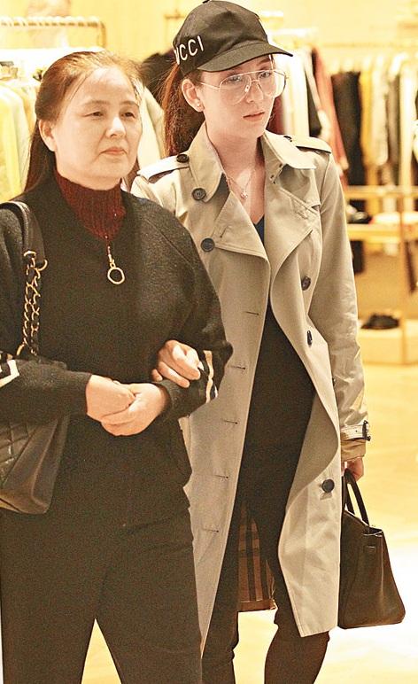 方媛與媽媽一起逛街
