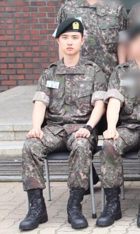 EXO都暻秀入伍军装照曝光 一脸严肃对镜正坐