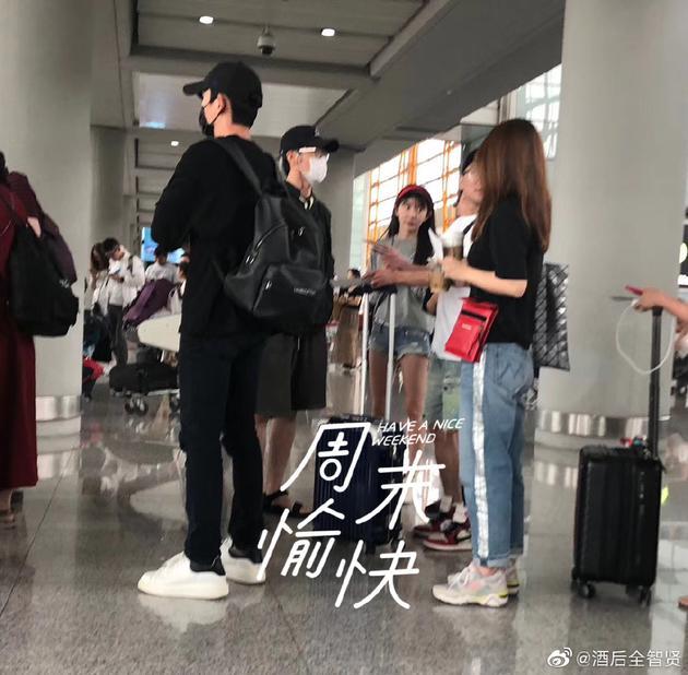 网曝朱一龙白宇机场同框 两人齐齐口罩遮面包裹严