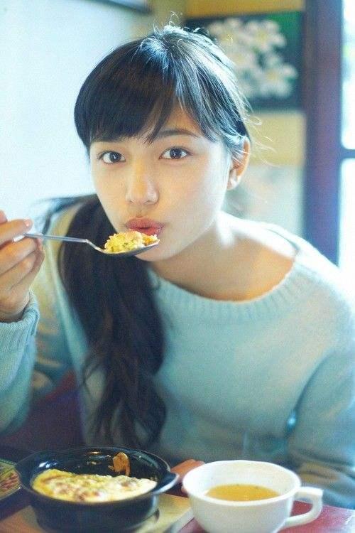 日本女演员川口春奈晒自己拍照 黑眼圈让粉丝感触担忧