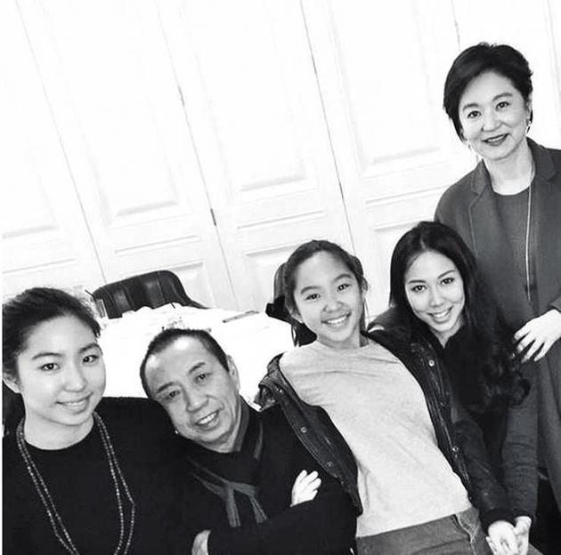林青霞(63岁)跟邢李㷧(68岁)一家有3个女儿;大的是邢李㷧跟前妻张天爱所生,不过林青霞也将她带大
