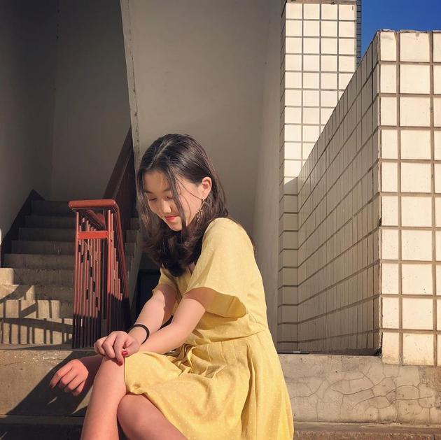 13岁李嫣超会打扮不输妈妈 长发红唇散发女人味