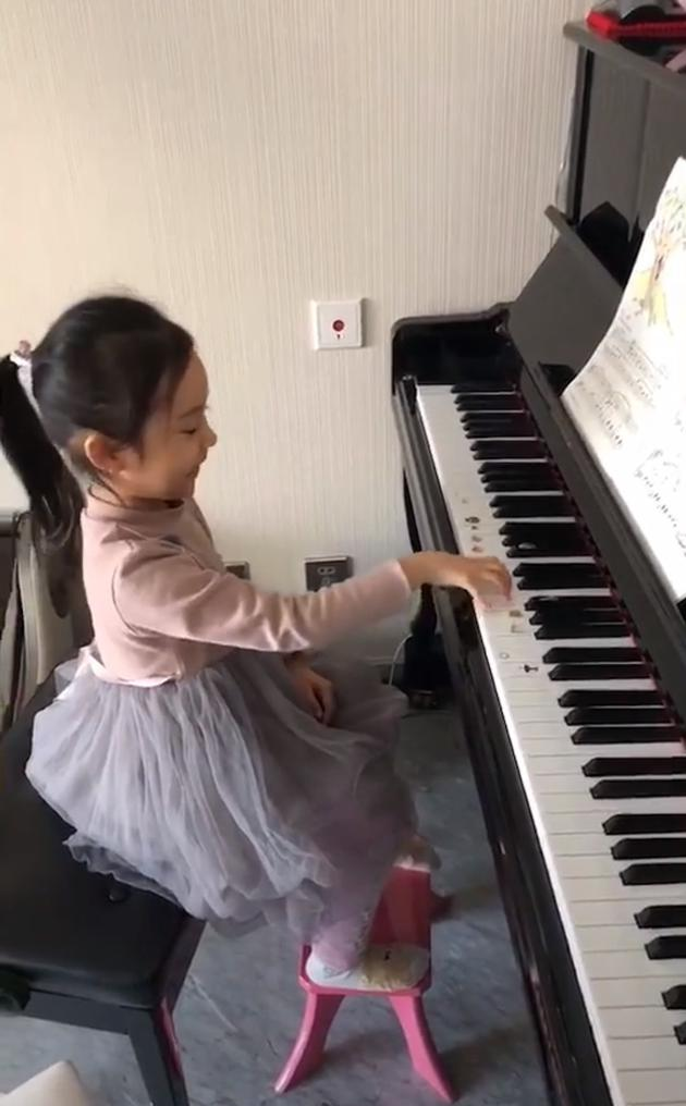 甜馨弹钢琴