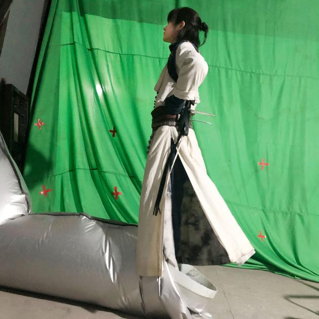 易烊千玺站排风管展示另类消暑方法图片