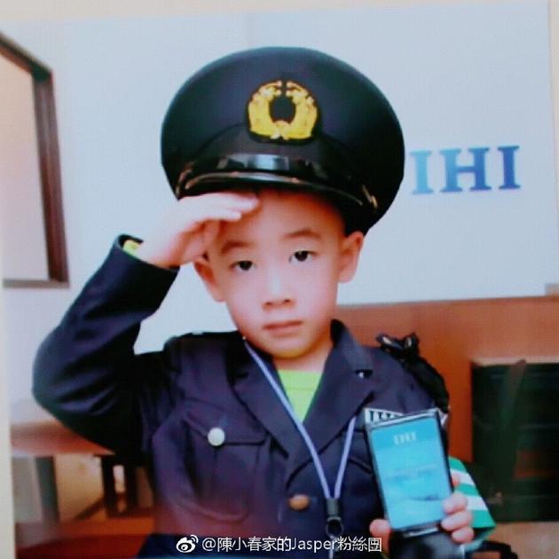 Jasper身穿警服手扶帽檐 秀证件人小鬼大帅气可爱