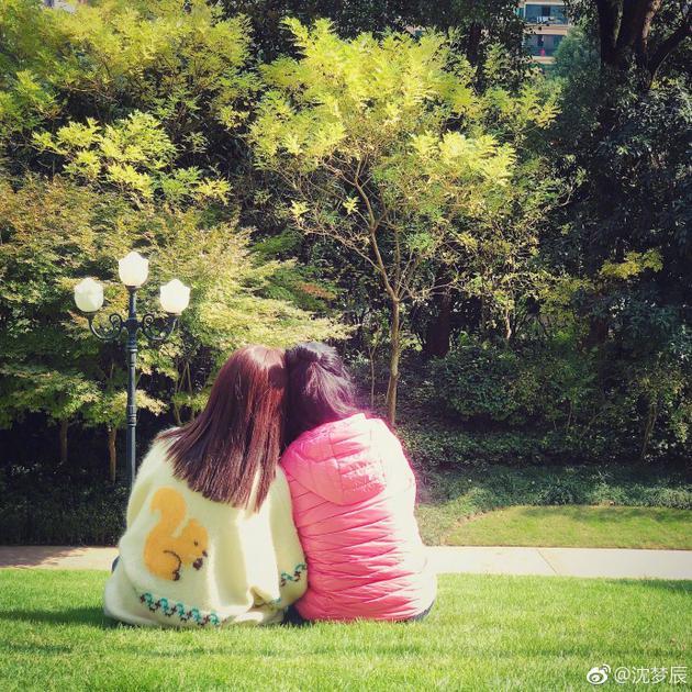 沈梦辰与妈妈同坐草地相互依偎 晒背影照温馨十足