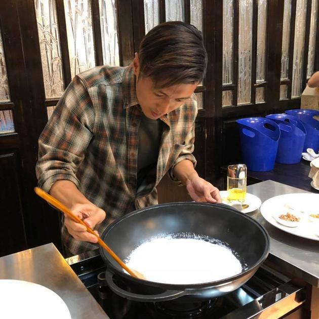 谢霆锋施展大厨手法炒牛奶。