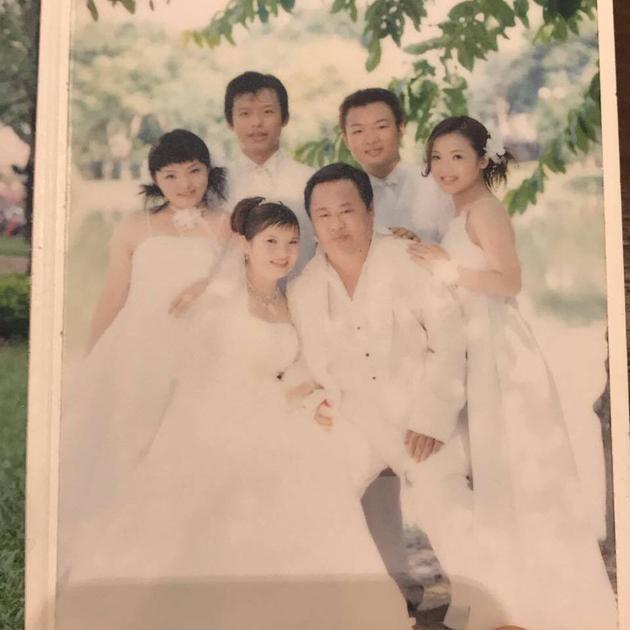 徐佳莹十几岁时拍摄的婚纱全家福。