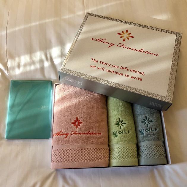 粉丝可以通过购买毛巾和手账本中翅基金会。