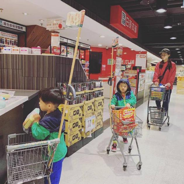 范玮琪带儿子逛超市