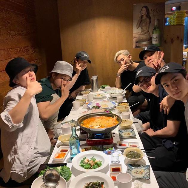 EXO全团聚餐为D.O.践行