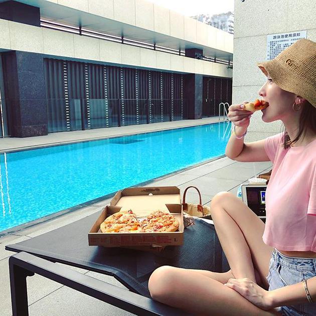 林志颖娇妻陈若仪戴草帽吃披萨 双腿白皙清新甜美