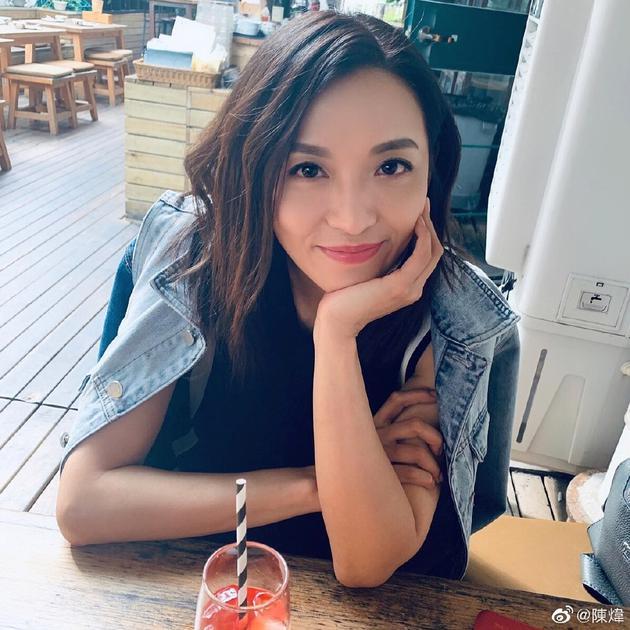 45岁陈炜离婚7年后收获新恋情:刚开始 了解中