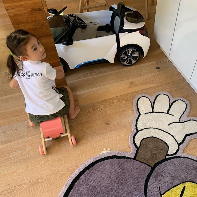 陈冠希晒女儿赤脚骑玩具车照片 双马尾辫呆萌可爱