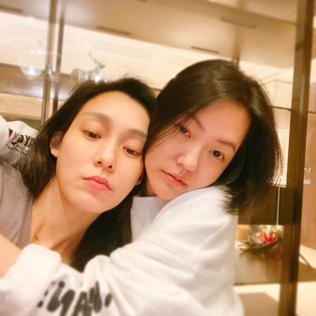 范玮琪晒与小S合照 姐妹俩素颜出镜亲密拥抱