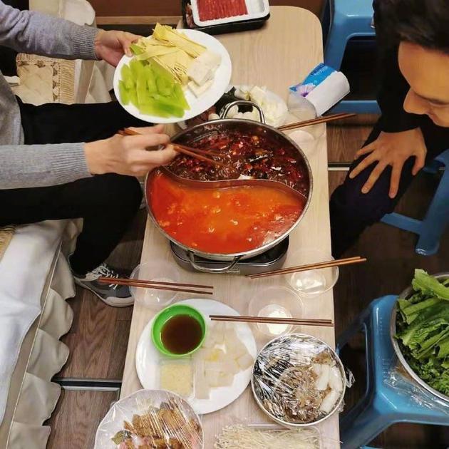 黄晓明绿洲分享吃暖锅照片 奥秘女在旁夹菜引猜想