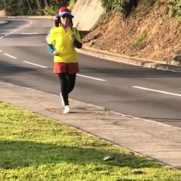 72岁汪明荃跑步健身 7种颜色穿搭时尚运动感十足