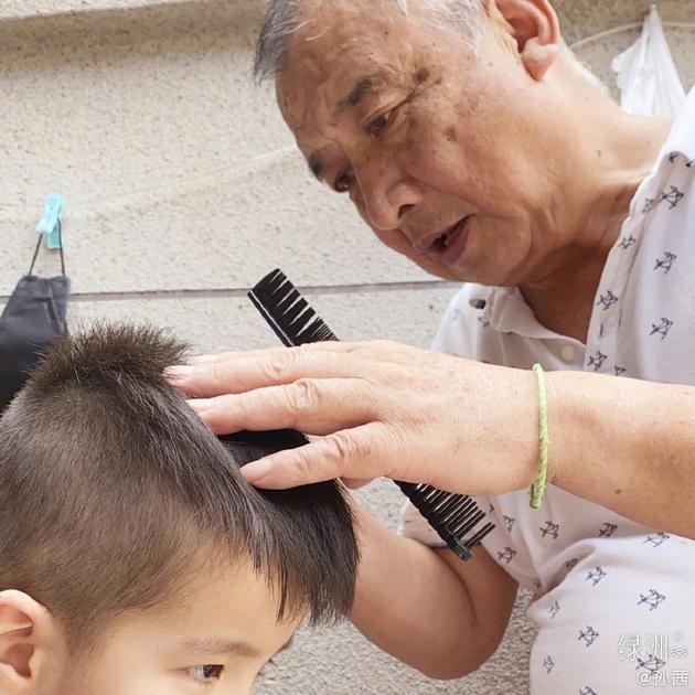 爷爷为小宝理发