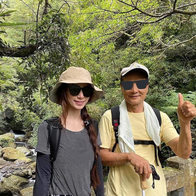 田馥甄与父亲爬山晒合影 自侃是有头发的父亲翻版
