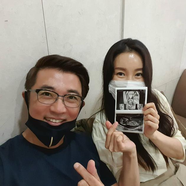 49岁安在旭宣布妻子怀二胎 夫妻晒B超照兴奋比心