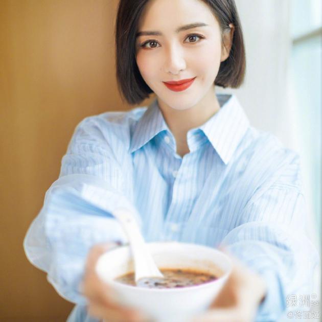 佟丽娅绿洲晒美照庆腊八节 穿蓝白衬衫干练有气质