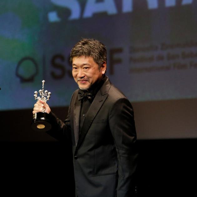是枝裕和参加电影节颁奖礼 提树木希林眼含热泪