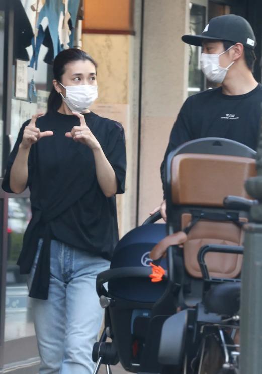 竹内结子与中林大树一起推婴儿车外出购物被拍2