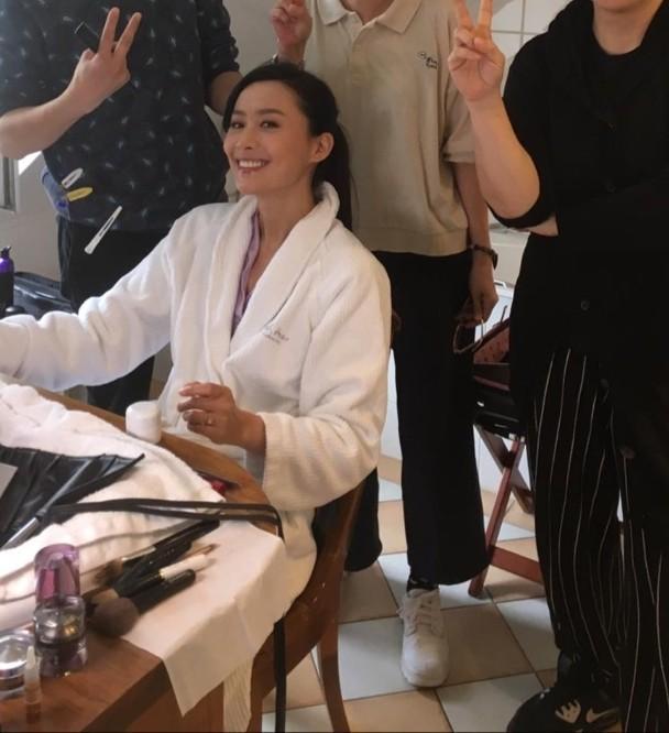 陈法拉化妆准备行礼。