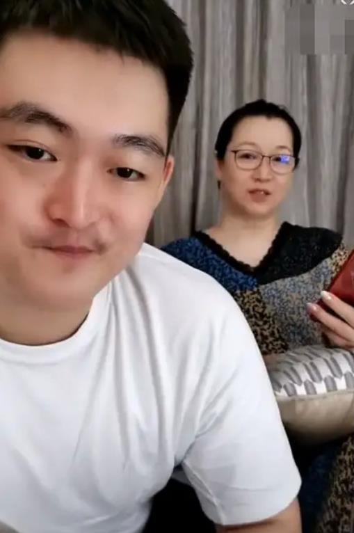 赵本山小儿子与母亲直播 与网友透露自己的工资