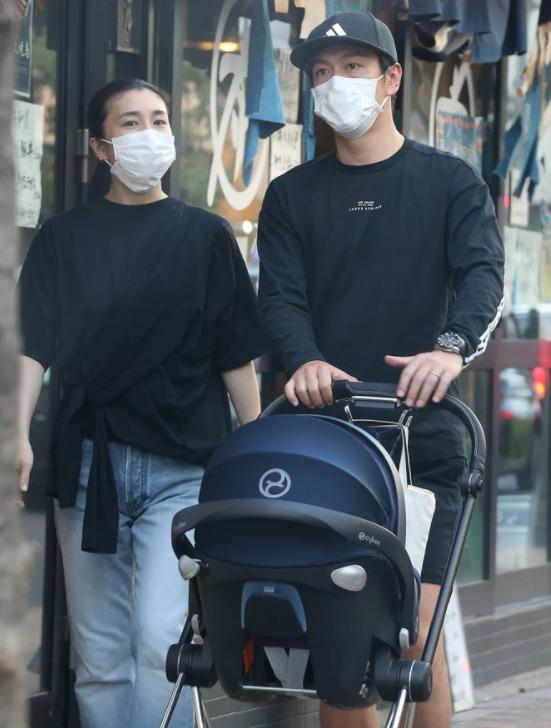 竹内结子与中林大树一起推婴儿车外出购物被拍3