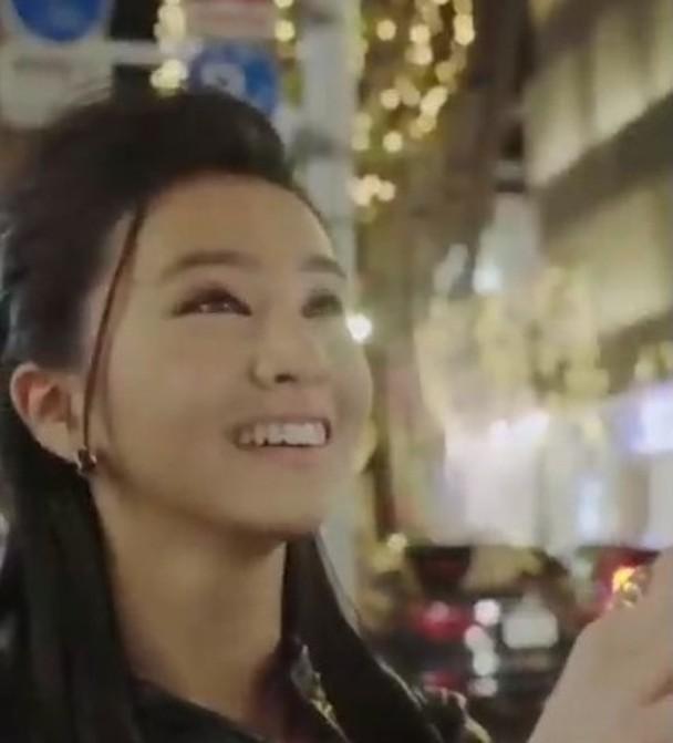木村光希穿着低胸装现身充满圣诞气氛的银座塔前,一脸笑容。