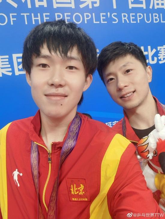 马龙王楚钦全运男双夺冠 两人领奖台自拍曝光