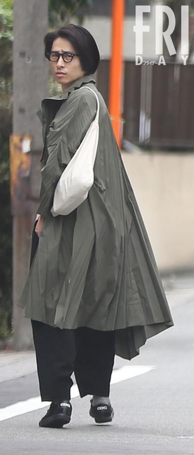 V6三宅健被曝光与美女约会 两人共打一把伞