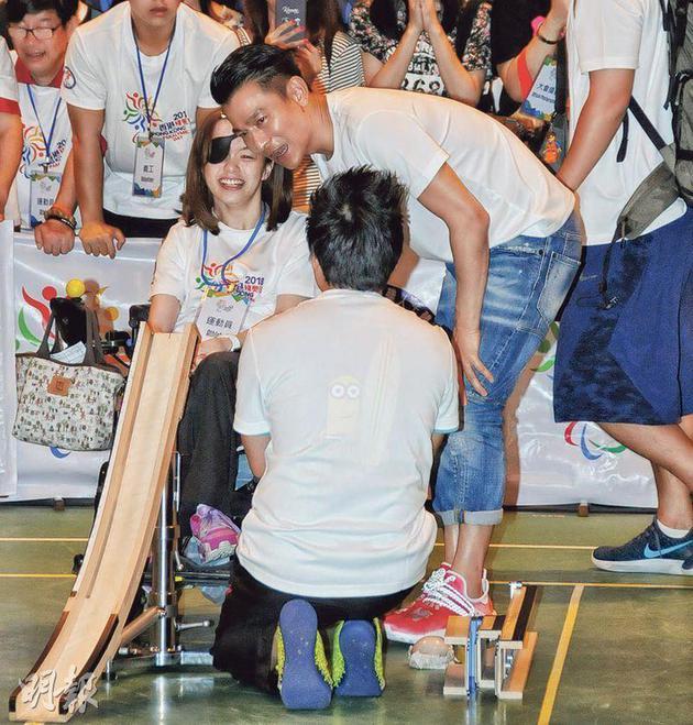 劉德華與殘疾運動員交流及溝通。