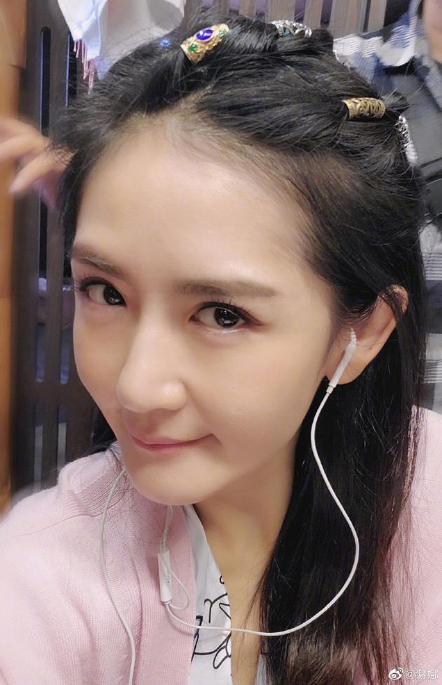 谢娜分享新发型自拍 将刘海梳起露额头青春减龄图片