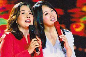 """杨钰莹(右)特邀第一代""""打工妹""""王馨齐唱《我不想说》。"""