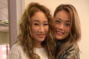 容祖儿支持王菀之吴镇宇音乐剧 搂抱好友开心合影
