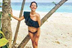 梁靖琪穿佘诗曼设计泳衣 怀孕5个月拍大肚写真