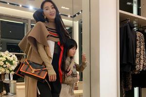 吴速玲带女儿逛街试衣 Grace遗传妈妈长腿超瞩目